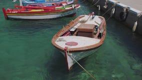 Αλιευτικά σκάφη στο λιμάνι σε ένα ελληνικό νησί απόθεμα βίντεο