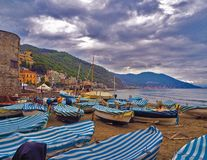Αλιευτικά σκάφη στο νεφελώδη καιρό στην παραλία Laigueglia, Savona, Λιγυρία, από τη Λιγουρία θάλασσα, Ιταλία στοκ εικόνες