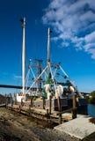 Αλιευτικό πλοιάριο γαρίδων που περιμένει στην αποβάθρα στοκ εικόνες
