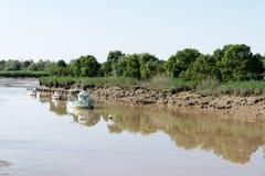 Αλιευτικό πλοιάριο στη σημαντική ανακάλυψη Carmet κατά τη διάρκεια της χαμηλής παλίρροιας στοκ φωτογραφίες
