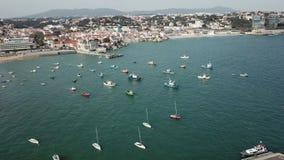 Αλιευτικό σκάφος αποβαθρών Ένα μέρος μαρινών Αυτά είναι συνήθως τα δημοφιλέστερα τουριστικά αξιοθέατα στην παραλία Γιοτ και sailb απόθεμα βίντεο