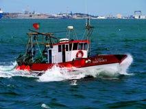 Αλιευτικό σκάφος εν εξελίξει στη θάλασσα στοκ φωτογραφίες με δικαίωμα ελεύθερης χρήσης