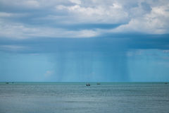 Αλιευτικό σκάφος κάτω από τη θύελλα με τα μεγάλα κύματα στη θύελλα και τη βροχή Στοκ Εικόνα