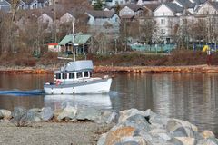 Αλιευτικό σκάφος και χωριό στοκ εικόνα