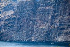 Αλιευτικό σκάφος κοντά στους απότομους βράχους Los Gigantes, Tenerife, Ισπανία arial όψη Στοκ Φωτογραφία