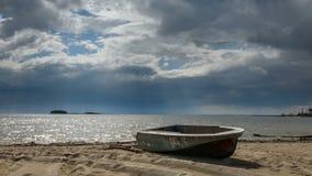 Αλιευτικό σκάφος που βρίσκεται στην άμμο στην ακτή της λίμνης, σύννεφα που τρέχει πέρα από τον ουρανό δεν υπάρχει κανένας γύρω φιλμ μικρού μήκους