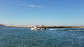 Αλιευτικό σκάφος που μπαίνει σε έναν μεσογειακό λιμένα στην Ισπανία φιλμ μικρού μήκους