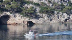 Αλιευτικό σκάφος που περνά τις φυσικές σπηλιές φιλμ μικρού μήκους