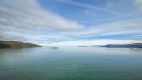 Αλιευτικό σκάφος στα ήρεμα νερά της ιρλανδικής θάλασσας φιλμ μικρού μήκους