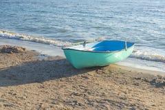 Αλιευτικό σκάφος στην παραλία Βάρκα με τα κουπιά στοκ φωτογραφία με δικαίωμα ελεύθερης χρήσης