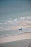 Αλιευτικό σκάφος στην παραλία στοκ εικόνες