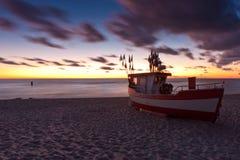Αλιευτικό σκάφος στη βαλτική παραλία στοκ φωτογραφίες με δικαίωμα ελεύθερης χρήσης