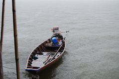 Αλιευτικό σκάφος στη βροχή Στοκ φωτογραφία με δικαίωμα ελεύθερης χρήσης
