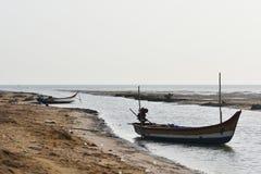 Αλιευτικό σκάφος στη θάλασσα όπου αλιεύοντας το υπόβαθρο και τα σκηνικά περιοχής τελμάτων Στοκ Εικόνες