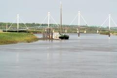 Αλιευτικό σκάφος στον ποταμό κάτω από τη γέφυρα στοκ φωτογραφία με δικαίωμα ελεύθερης χρήσης