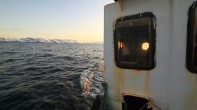 Αλιευτικό σκάφος στο ηλιοβασίλεμα στη θάλασσα φιλμ μικρού μήκους