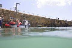 Αλιευτικό σκάφος στο λιμάνι Mousehole Στοκ φωτογραφία με δικαίωμα ελεύθερης χρήσης
