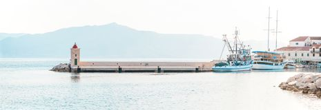 Αλιεύοντας αλιευτικό πλοιάριο και μια βάρκα στο όμορφο λιμάνι ενός μικρού χωριού Postira - της Κροατίας, στηθόδεσμος νησιών Στοκ Εικόνες