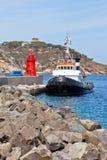 Αλιεύοντας αλιευτικό πλοιάριο και μικρός κόκκινος φάρος Στοκ φωτογραφίες με δικαίωμα ελεύθερης χρήσης