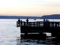 αλιεύοντας σκιαγραφίε&sig στοκ φωτογραφία με δικαίωμα ελεύθερης χρήσης