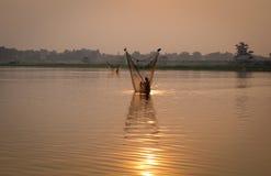 Αλιεύοντας στη λίμνη στο Mandalay, το Μιανμάρ Στοκ φωτογραφίες με δικαίωμα ελεύθερης χρήσης