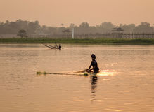 Αλιεύοντας στη λίμνη στο Mandalay, το Μιανμάρ Στοκ Εικόνες