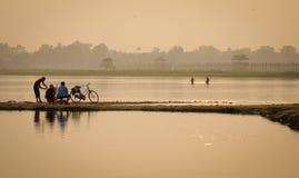 Αλιεύοντας στη λίμνη στο Mandalay, το Μιανμάρ Στοκ Φωτογραφία