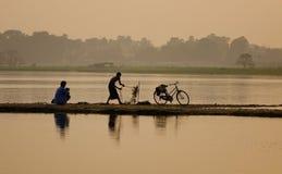 Αλιεύοντας στη λίμνη στο Mandalay, το Μιανμάρ Στοκ Εικόνα