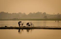 Αλιεύοντας στη λίμνη στο Mandalay, το Μιανμάρ Στοκ φωτογραφία με δικαίωμα ελεύθερης χρήσης