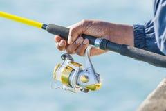αλιεύοντας τη ράβδο ατόμων εκμετάλλευσης κίτρινη Στοκ φωτογραφία με δικαίωμα ελεύθερης χρήσης