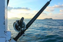 Αλιεύοντας τη ράβδο είναι έτοιμη παράκτια αλιεία στη βάρκα στον ωκεανό Στοκ Εικόνες