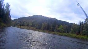 Αλιεύοντας τη ράβδο στον ποταμό το απόγευμα υπαίθρια απόθεμα βίντεο