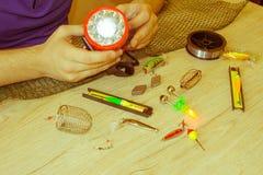 Αλιεύοντας τον εξοπλισμό - περιστροφή, γάντζοι και θέλγητρα αλιείας στο ελαφρύ ξύλινο υπόβαθρο στοκ εικόνες με δικαίωμα ελεύθερης χρήσης