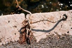 Αλιεύοντας το άσπρο ζωηρόχρωμο σχοινί που δένεται σε έναν γάντζο Στοκ φωτογραφίες με δικαίωμα ελεύθερης χρήσης