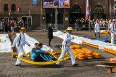 Αλκμάαρ, Κάτω Χώρες - 28 Απριλίου 2017: Μεταφορείς τυριών στην παραδοσιακή αγορά τυριών στοκ εικόνες