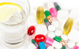 Αλκοόλη με τα φάρμακα στο λευκό Στοκ Φωτογραφία