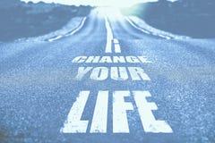 Αλλάξτε τη ζωή σας που γράφεται στο δρόμο τονισμένος στοκ εικόνες