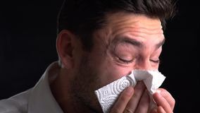 αλλεργία που φυσά τη μύτη ατόμων γρίπης του γρίπη αλλεργιών Ο άρρωστος τύπος που απομονώνεται έχει τη runny μύτη το άτομο κάνει μ φιλμ μικρού μήκους