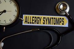 Αλλεργία Symtomps σε χαρτί με την έμπνευση έννοιας υγειονομικής περίθαλψης ξυπνητήρι, μαύρο στηθοσκόπιο στοκ εικόνα