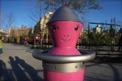 Αλλοδαπή ρόδα περιστροφής σε μια παιδική χαρά στο Μπρούκλιν Νέα Υόρκη Στοκ φωτογραφίες με δικαίωμα ελεύθερης χρήσης