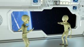 Αλλοδαποί σε ένα διαστημόπλοιο που υποστηρίζει στο πλανήτη Γη υποβάθρου Μια φουτουριστική έννοια ενός UFO ελεύθερη απεικόνιση δικαιώματος