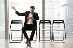 Αλλόφρων ανυπόμονος επιχειρηματίας που φωνάζει στο θυμό λόγω του TED Στοκ φωτογραφία με δικαίωμα ελεύθερης χρήσης