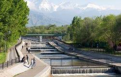 Αλμάτι, Καζακστάν, στις αρχές χρόνου άνοιξη, λεωφόρος Al-Farabi, στοκ εικόνες