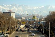 Αλμάτι, Καζακστάν, στις αρχές χρόνου άνοιξη, υπόβαθρο μουσουλμανικών τεμενών των βουνών στοκ εικόνα με δικαίωμα ελεύθερης χρήσης