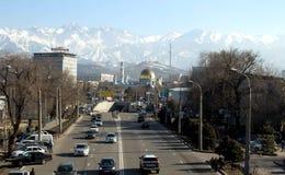 Αλμάτι, Καζακστάν, στις αρχές χρόνου άνοιξη, υπόβαθρο μουσουλμανικών τεμενών των βουνών στοκ φωτογραφία με δικαίωμα ελεύθερης χρήσης