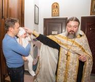 ΑΛΜΆΤΙ, ΚΑΖΑΚΣΤΑΝ - 17 ΔΕΚΕΜΒΡΊΟΥ: Τελετή βαπτίσματος στις 17 Δεκεμβρίου 2013 στο Αλμάτι, Καζακστάν. Στοκ Φωτογραφίες