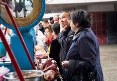 ΑΛΜΆΤΙ, ΚΑΖΑΚΣΤΑΝ - 1 Ιουνίου 2014: Πράσινο Bazaar Άνθρωποι που αγοράζουν το κρέας Το άτομο έχει συγχύσει τη συγκίνηση στο πρόσωπ στοκ εικόνα