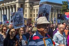 ΑΛΜΆΤΙ, ΚΑΖΑΚΣΤΑΝ - 9 ΜΑΐΟΥ: Αθάνατο σύνταγμα Μάρτιος κατά τη διάρκεια του Β Στοκ Εικόνα