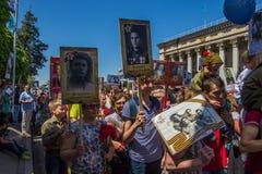 ΑΛΜΆΤΙ, ΚΑΖΑΚΣΤΑΝ - 9 ΜΑΐΟΥ: Αθάνατο σύνταγμα Μάρτιος κατά τη διάρκεια του Β Στοκ Εικόνες