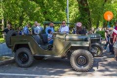 ΑΛΜΆΤΙ, ΚΑΖΑΚΣΤΑΝ - 9 ΜΑΐΟΥ: Παλαιό σοβιετικό αυτοκίνητο στην ημέρα νίκης celebr Στοκ φωτογραφίες με δικαίωμα ελεύθερης χρήσης